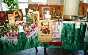 Вшановуємо  пам'ять Т.Шевченка  «І на оновленій землі…»